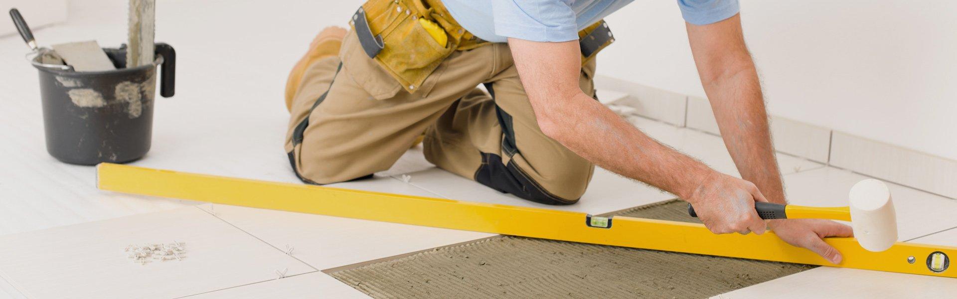 Snickare mäter golvet